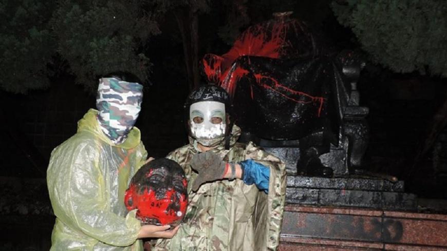 郭男曾於今年4月間到陽明山花鐘公園破壞銅像。圖/台灣建國工程隊臉書