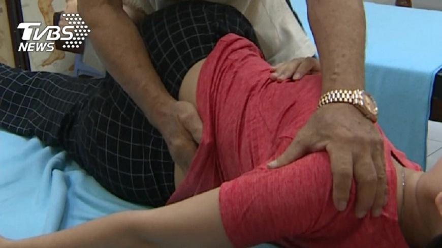 新北市一名婦人去推拿按摩時造成永久性傷害,憤而對推拿師提告求償。(示意圖/TVBS,圖中人物非當事人) 按摩害「肌腱板斷裂」 婦喊痛推拿師仍不停手