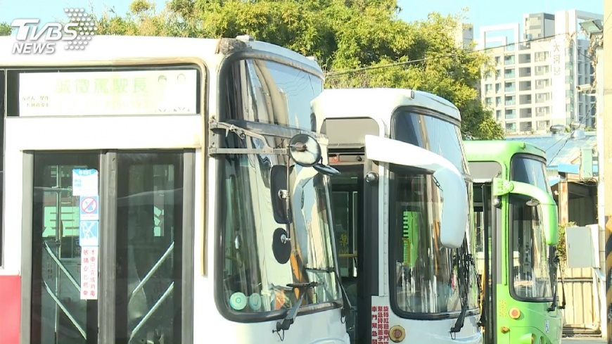 圖/TVBS 轟隆隆!3、40輛公車凌晨齊發動 住戶怨吵