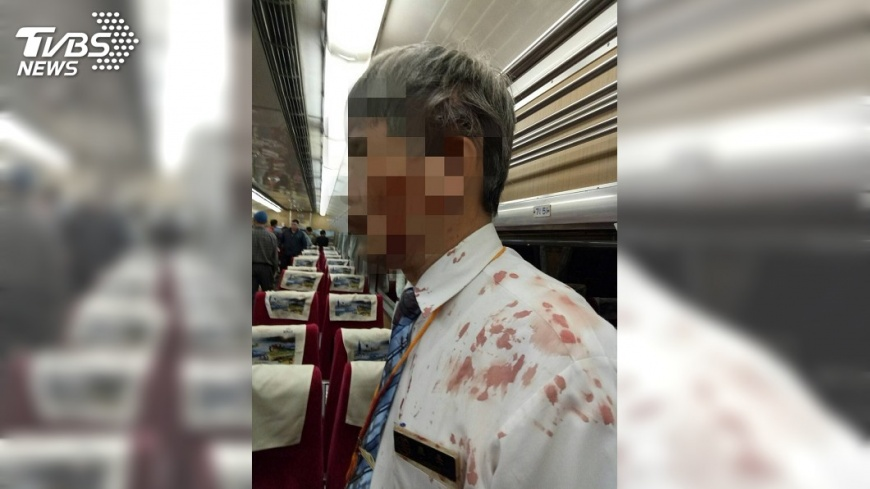 圖/TVBS 快訊/列車濺血乘客持酒瓶襲擊 車長頭破血流