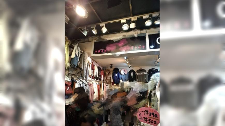 女網友分享日前到士林夜市一間服飾店逛逛,比對2件衣服後因不合適沒買,竟遭店家用髒話幹譙。(圖/翻攝自爆料公社臉書粉絲團) 逛士林夜市服飾店沒買 她被幹譙三字經