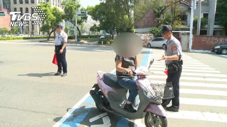 女騎士指稱是員警教唆她違規左轉導致被開單,但遭法官打臉。(示意圖/圖中人物非當事人,TVBS) 女違規左轉被開單辯配槍警逼的 法官:槍有指著妳?