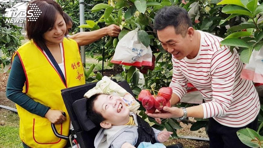 圖/中央社 蓮霧農捐樹供認養 助17歲植物人首次出遊