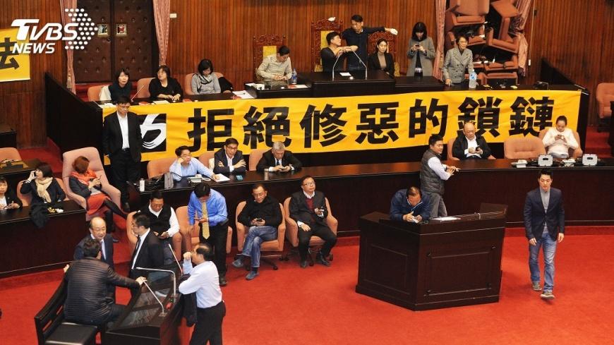圖/中央社 阻勞基法修法 在野立委議場外輪班排隊