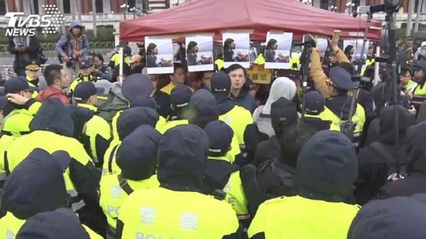 圖/TVBS 用千人對30人?看到南部同學支援 凱道員警:太扯了