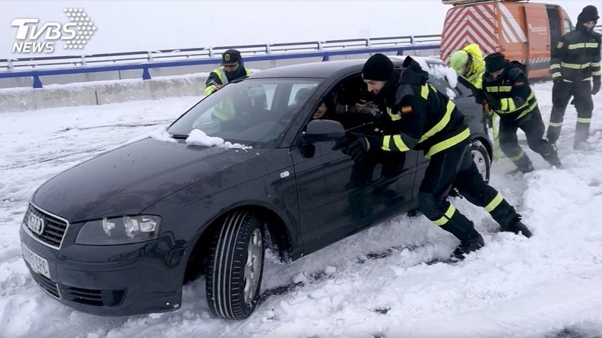 圖/達志影像路透社 暴風雪襲西班牙 數千車輛受困高速公路