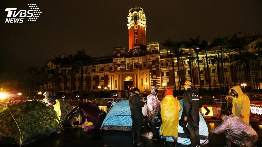 圖/中央社 勞團持續抗議修法 擬於下午到總統府前