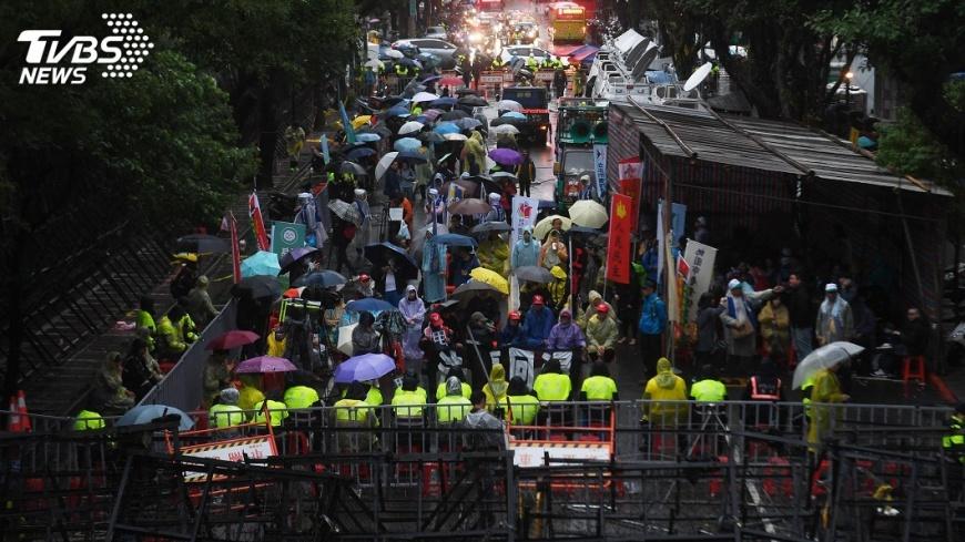 圖/中央社 勞團警方推擠衝突 一勞團成員昏倒送醫