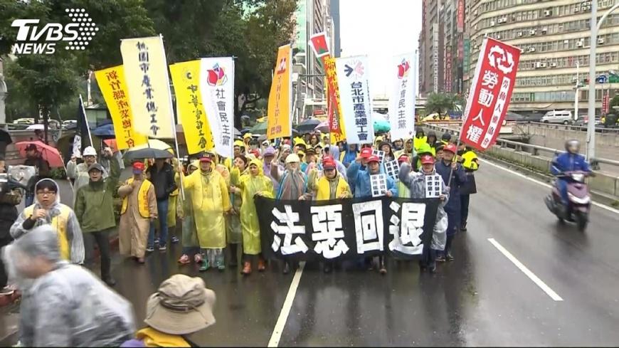 圖/TVBS 抗議勞基法! 護理師家遭保防警「查水表」