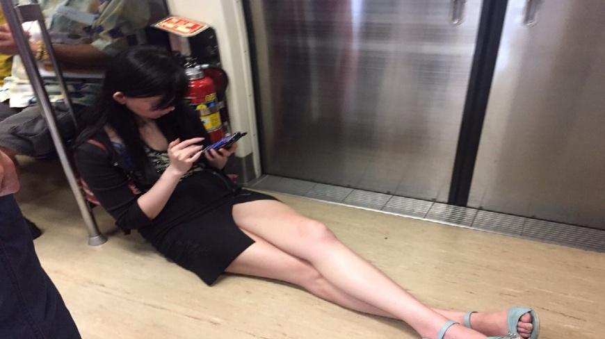有網友在捷運上捕捉到一名短裙正妹,她席地而坐露出一雙白皙美腿,卻也被網友罵翻了。(圖/翻攝自爆廢公社) 正妹搭捷運秀白皙美腿 卻因「這舉動」被罵翻