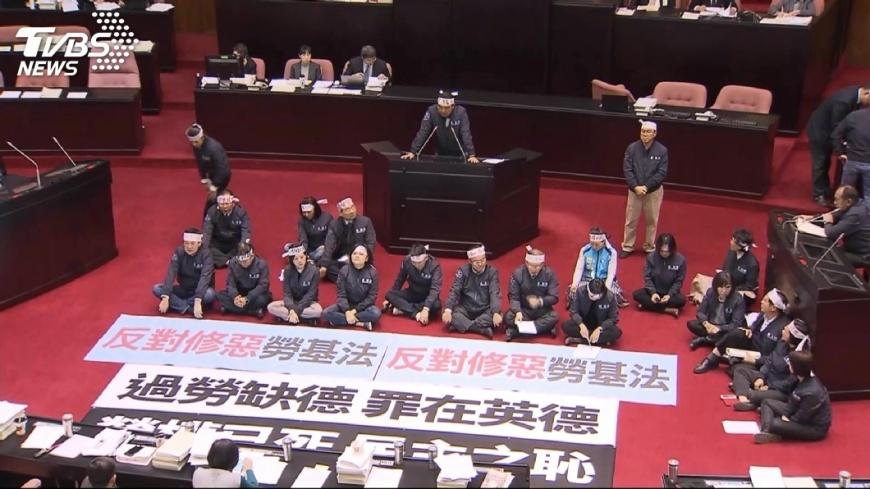 圖/TVBS 勞基法二讀、爭議法條一字不改 勞團衝突