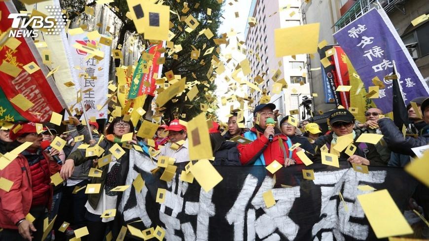 圖/中央社 因應馬拉松式陳抗 警搭行動堡壘後援