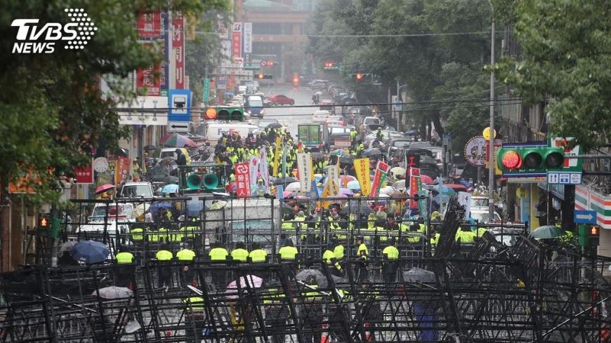 圖/中央社 北市警局:勞團集遊脫序 依法嚴辦