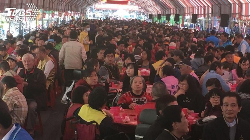 圖/中央社 竹市寺廟席開205桌 宴請寒士吃尾牙