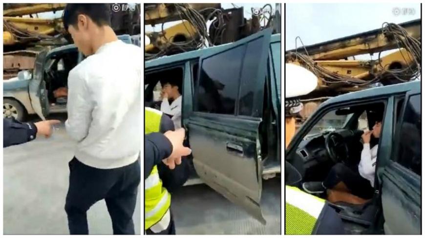 貴州一名男子因為交通違規被警察攔下,他竟然把駕照嚼碎要吞下去。(圖/翻攝自微博影片) 違規上路被開單 男在交警前「吃駕照」