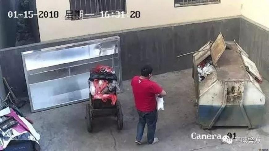 雲南一名狠父把剛出生的女兒狠心丟棄在垃圾桶,事後已遭警方刑事拘留。(圖/翻攝自新京報) 女兒剛出生2小時 狠父將她棄置垃圾桶