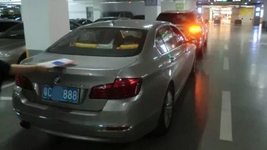 廣東一名BMW女駕駛停車時撞到一輛賓利,得賠償91萬的修車費。(圖/翻攝自珠海交警) 又見三寶!BMW倒車入停車場 撞凹千萬賓利賠91萬