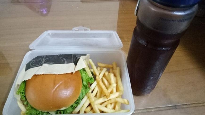圖/翻攝自《爆廢公社》 自備餐具吃麥當勞被狂盯 她嘆:很不舒服