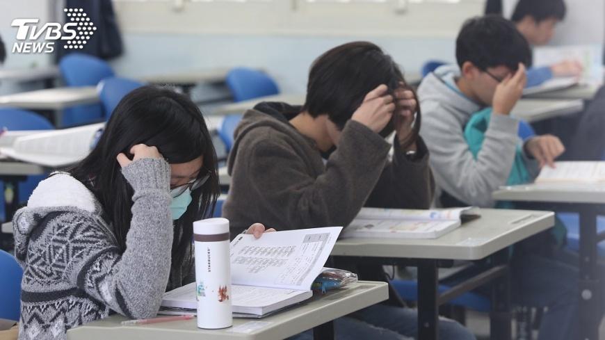 圖/中央社 學測英作文考排隊現象 考生分析為打卡