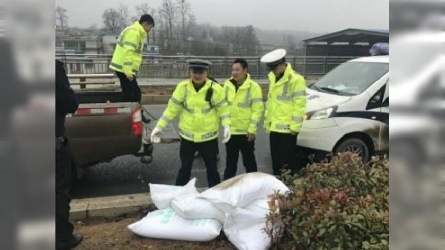 圖/翻攝自《微博》 8.5噸融雪工業鹽遭竊 大媽扛回家「想醃菜」
