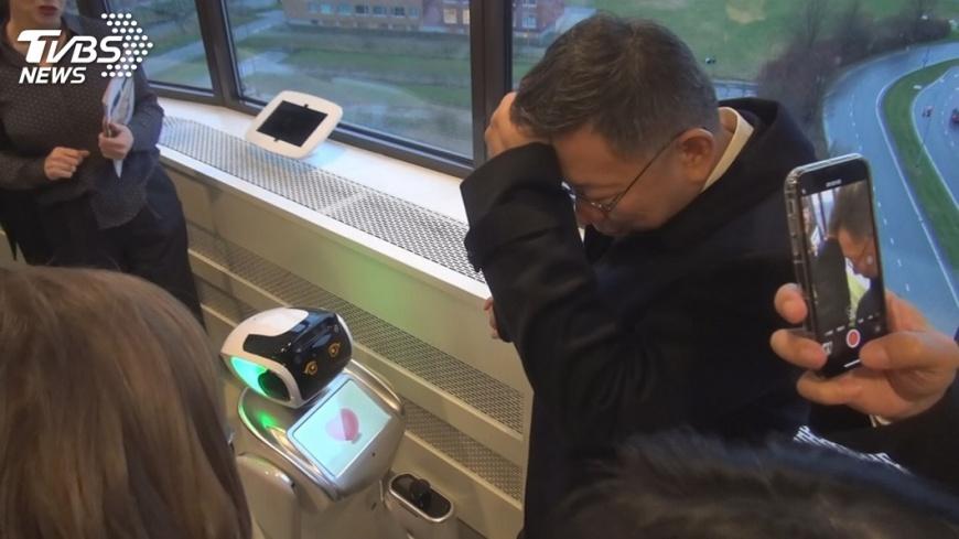 圖/中央社 柯文哲參訪荷蘭居家照護 妙答機器人