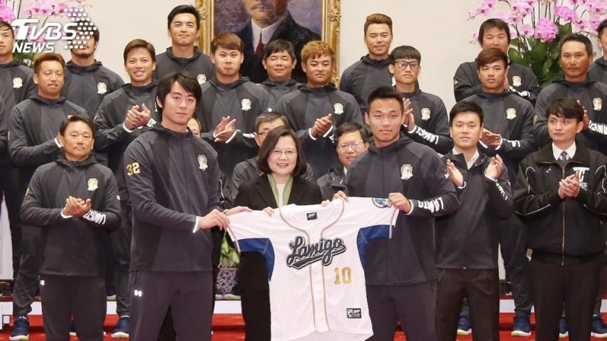 圖/中央社 蔡總統接見桃猿隊 關注職棒第五第六隊