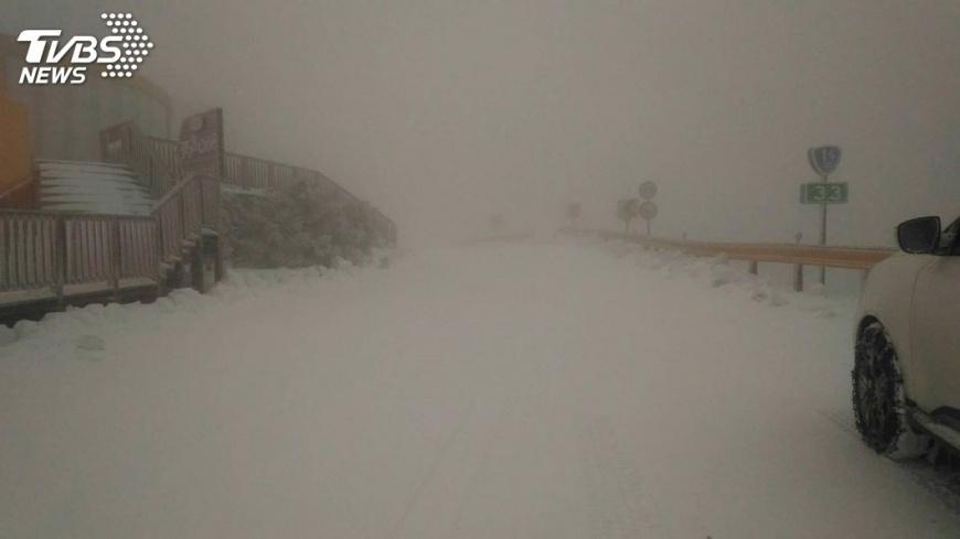圖/中央社 合歡山凍成銀白雪國 賞雪車輛要掛雪鏈