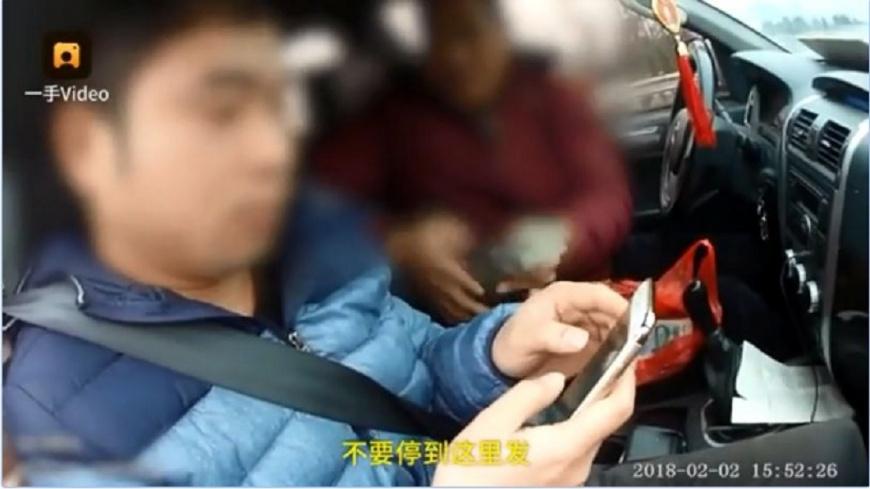 江西有一名工程公司的老闆,竟然直接在高速公路的路肩上發薪水和年終獎金,交警得知也傻眼。(圖/翻攝自梨視頻) 狂老闆在高速公路路肩發薪 員工領完翻護欄閃人