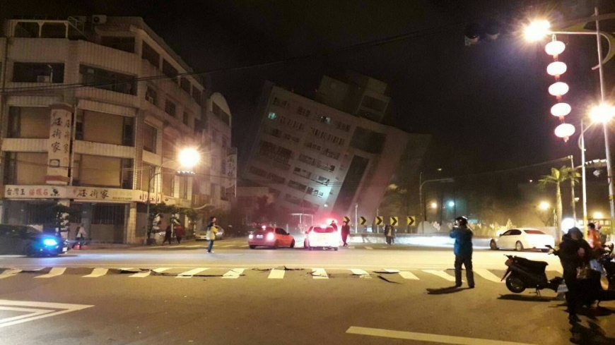 花蓮規模6強震!商校街雲門翠堤大樓「傾斜半倒」