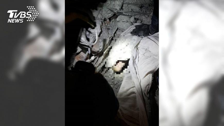 213房內部發現疑似受困港籍遊客的小腿。圖/TVBS 快訊/搜救60小時! 加籍夫妻房內發現一隻小腿