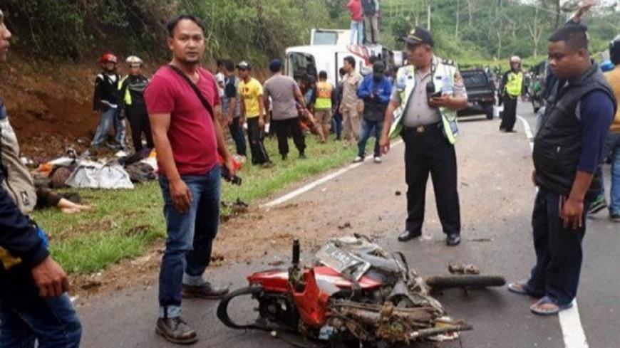印尼遊覽車撞機車翻滾多次 至少27死16傷