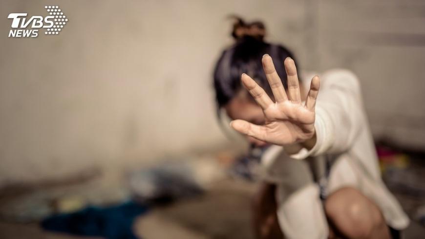 台北市一名OL遭主管約會性侵,事後她向男友泣訴,對方竟然提分手。(示意圖/TVBS) OL遭主管「約會性侵」 向男友泣訴慘被分手