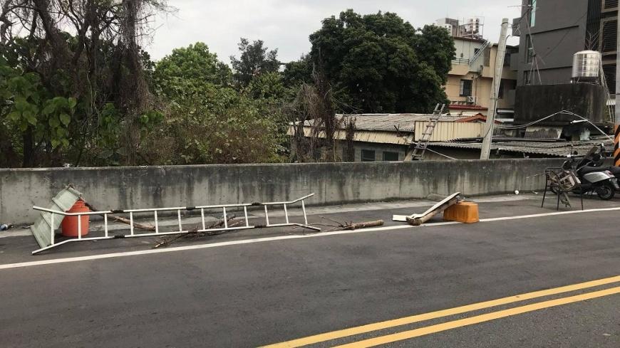 圖/爆怨公社 惡鄰搬「大型垃圾」占車位 網酸:叫清潔隊來收