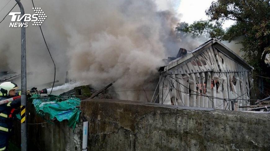 圖/TVBS 北市基隆路傳火警!連棟平房延燒 濃煙直衝天