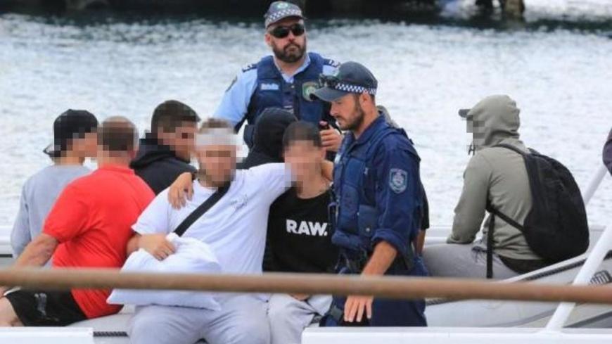 鬧事的家族成員最後被警察帶下船