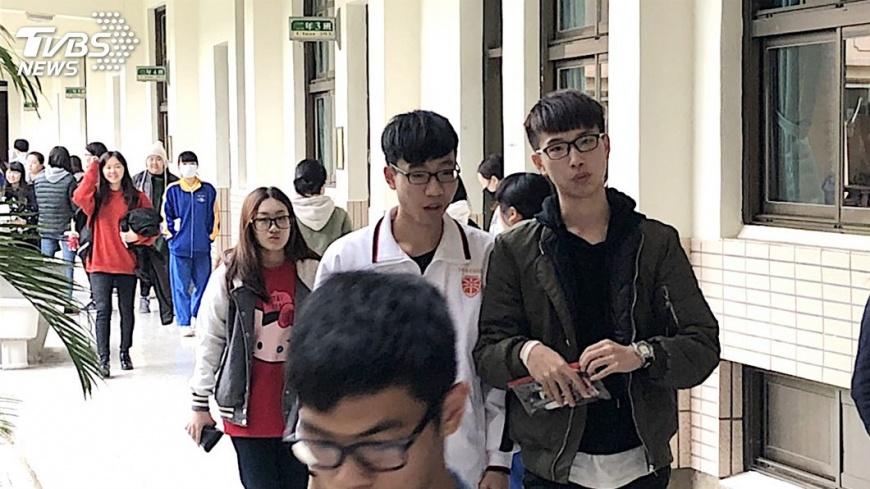 圖/中央社 學測英作文考排隊 17人滿分創近11年新高