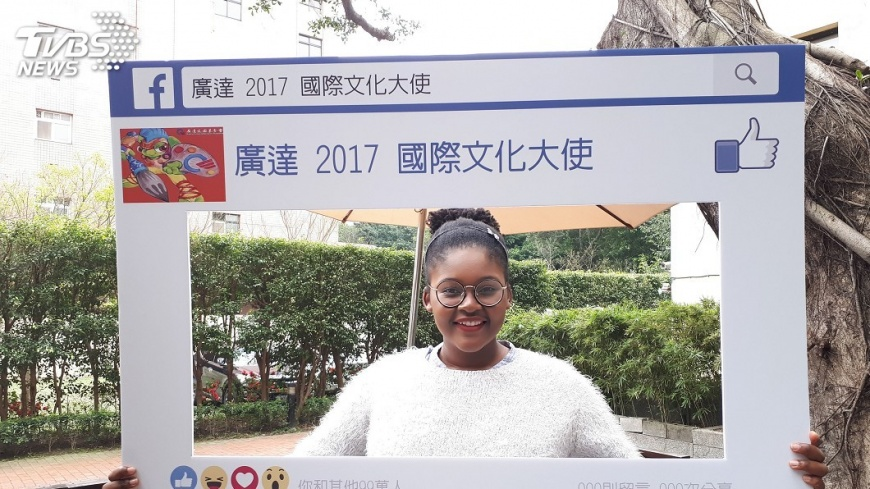 圖/中央社 辛巴威學生愛台灣 帶離島生體驗用手進食