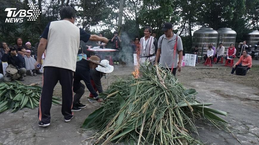 圖/中央社 反亞泥成員燒狼煙 要求停止炸山取礦