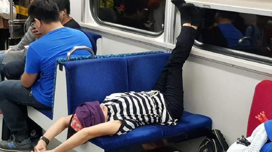 圖/截自臉書社團「爆料公社」 扯!大媽「L型抬腿」霸位 躺區間車遮眼睡覺