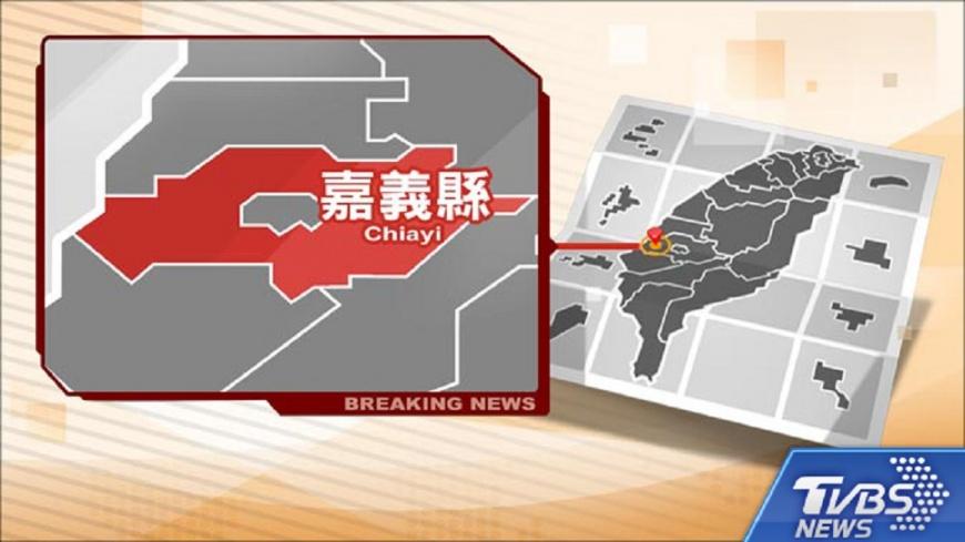 圖/TVBS 快訊/嘉義大浪貨輪擱淺 海巡以吊車救出8人
