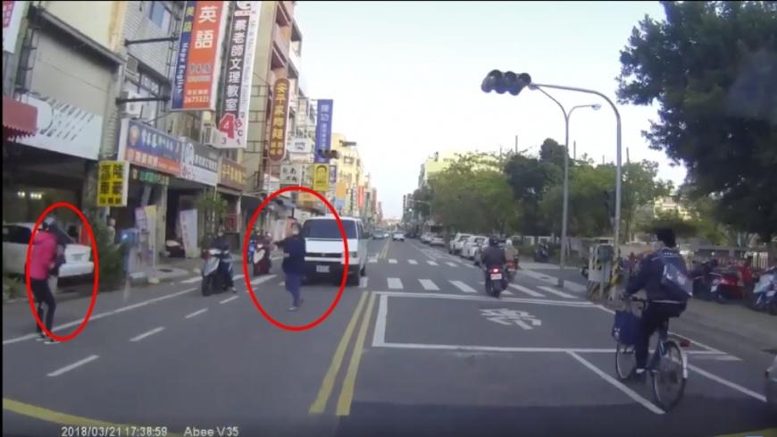 阿嬤見到孫子安全後就在路上直接放慢腳步,相當危險