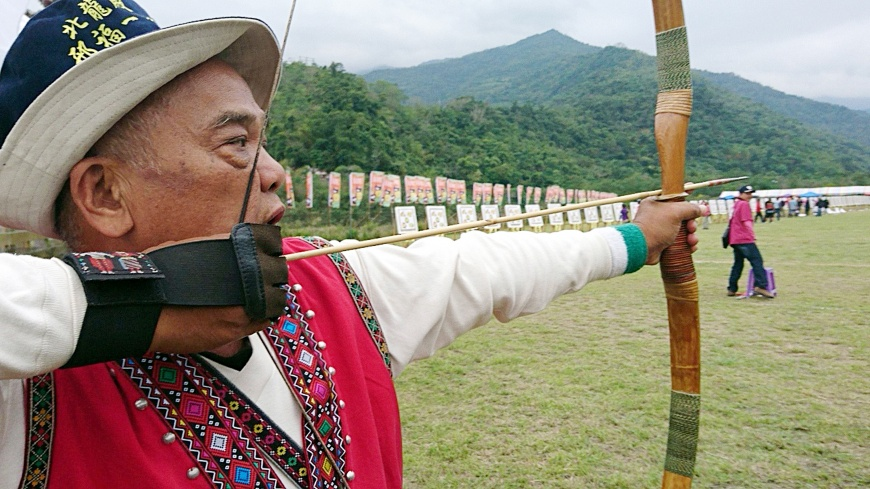 圖/中央社 他射得一手好箭 卻成為「失去指紋的男人」