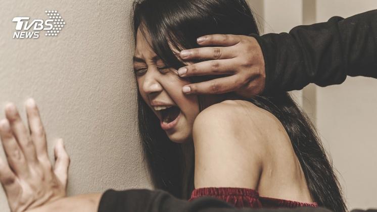 示意圖/TVBS 4男性侵17歲少女 親友火大逮人「扒光鞭打」遊街