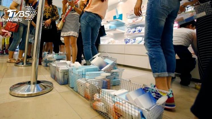 日本化妝品牌祭出限買政策,拒賣有轉售嫌疑的顧客。示意圖/達志影像美聯社 防陸客「暴買」再高價轉賣牟利 日百貨祭化妝品限購