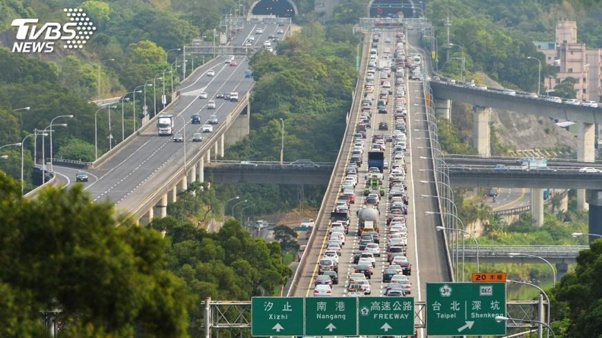 清明連假首日塞爆,國5凌晨就湧現車潮。圖/TVBS 清明比過年塞!賀陳旦籲「走替代道路」:還能看風景