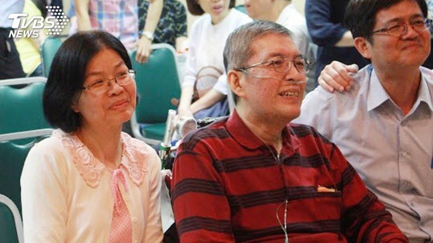 前高雄市立民生醫院院長蘇健裕(左2)罹患癌症末期 ,太太尹亞蘭(左)為他舉辦「快轉人生畢業典禮」。圖/中央社(尹亞蘭提供) 淚謝親友!癌末醫辦生命告別式 接下「人生畢業證書」