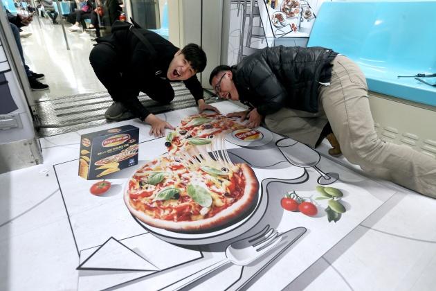 全台首列3D漫畫車廂 世界美味捷運上「吃」得到?!