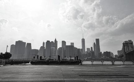 紐約布魯克林大橋腳下所拍到的曼哈頓全景。圖/Dr.Phoebe提供