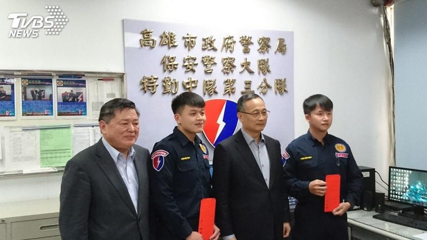 余和謙(左二)、施建安(右ㄧ)當時接受表揚。。圖/TVBS資料畫面