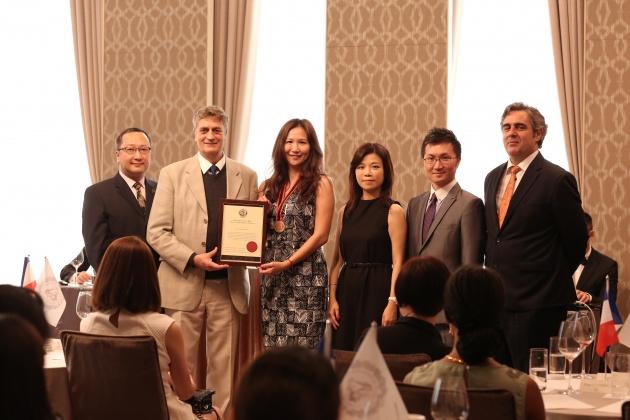 這次授勳儀式是由《法國餐酒協會》榮譽主席Jean-Luc BALDÈS主持,為通過國際品酒認證的同學授勳。